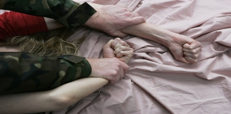 منحرف يقتحم منزل مُمرض ويغتصبه