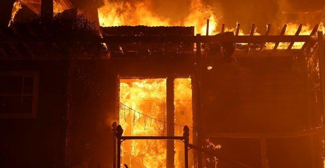 رياح بقوة الأعاصير تزيد من تأجج الحرائق في كاليفورنيا