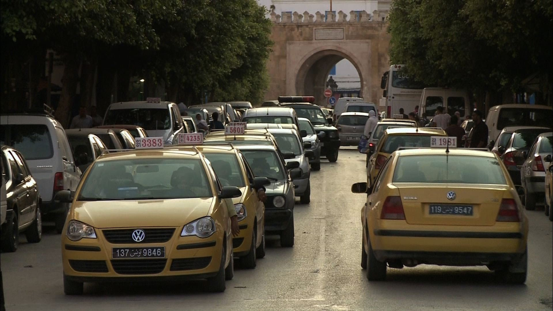 تاكسيات تونس تتزين بـملصقات القدس عاصمة لفلسطين